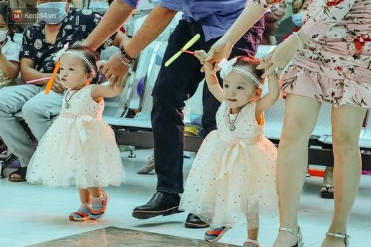 Vỡ òa với những bước đi đầu tiên của hai bé Trúc Nhi-Diệu Nhi - Ảnh 2.
