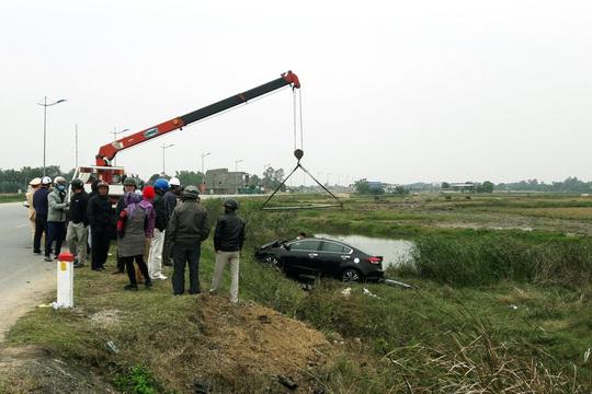 Toyota Vios tông bay cột mốc lao xuống ruộng, tài xế tử vong - Ảnh 1.