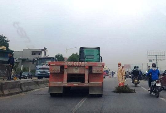 Va chạm với xe tải chạy cùng chiều, người phụ nữ đi xe máy tử vong tại chỗ - Ảnh 1.