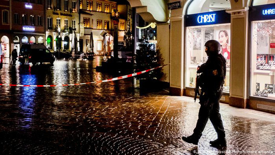 Đức: Xe điên phóng cuồng vào phố đi bộ giết chết 5 người - Ảnh 1.