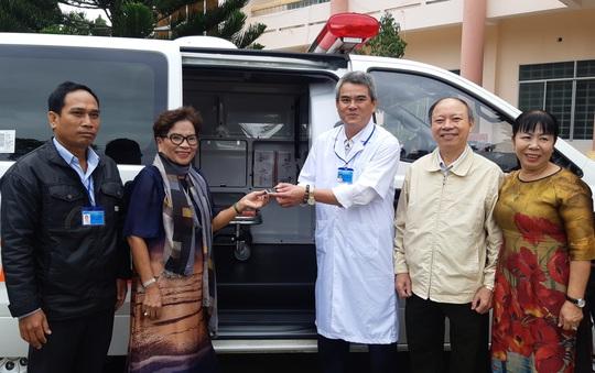 Tặng xe cứu thương và hàng trăm phần quà cho bệnh nhân nghèo - Ảnh 3.