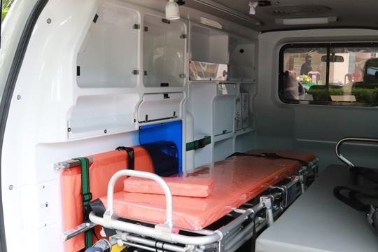 Tặng xe cứu thương và hàng trăm phần quà cho bệnh nhân nghèo - Ảnh 4.
