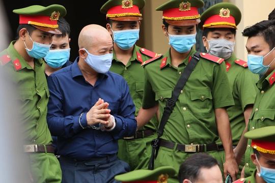 """Những chi tiết, hình ảnh """"đắt"""" trong phiên xử ông Đinh La Thăng - Ảnh 11."""