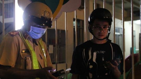 Cái kết của 3 thanh niên tống ba trên xe máy, trêu chọc CSGT Đội Bàn Cờ - Ảnh 1.