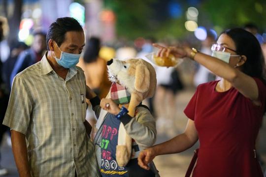 Người dân TP HCM đổ về phố đi bộ Nguyễn Huệ chào đón năm mới 2021 - Ảnh 6.