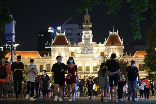 Người dân TP HCM đổ về phố đi bộ Nguyễn Huệ chào đón năm mới 2021 - Ảnh 2.