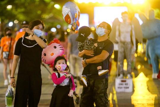 Người dân TP HCM đổ về phố đi bộ Nguyễn Huệ chào đón năm mới 2021 - Ảnh 12.