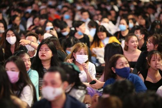 Người dân TP HCM đổ về phố đi bộ Nguyễn Huệ chào đón năm mới 2021 - Ảnh 3.