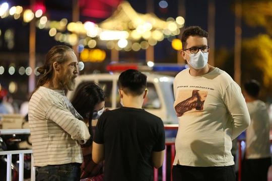Người dân TP HCM đổ về phố đi bộ Nguyễn Huệ chào đón năm mới 2021 - Ảnh 11.