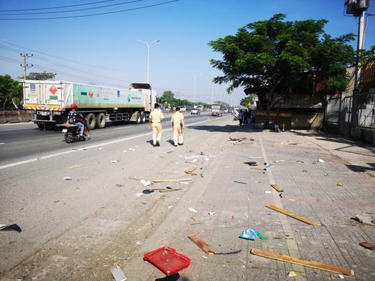 Ôtô tông hàng loạt xe máy, làm sập quán cà phê ven đường - Ảnh 7.