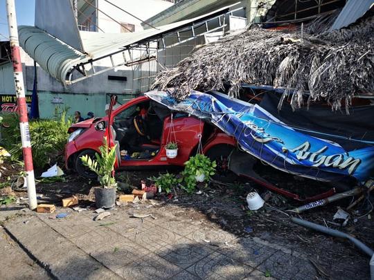 Ôtô tông hàng loạt xe máy, làm sập quán cà phê ven đường - Ảnh 6.