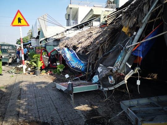 Ôtô tông hàng loạt xe máy, làm sập quán cà phê ven đường - Ảnh 3.
