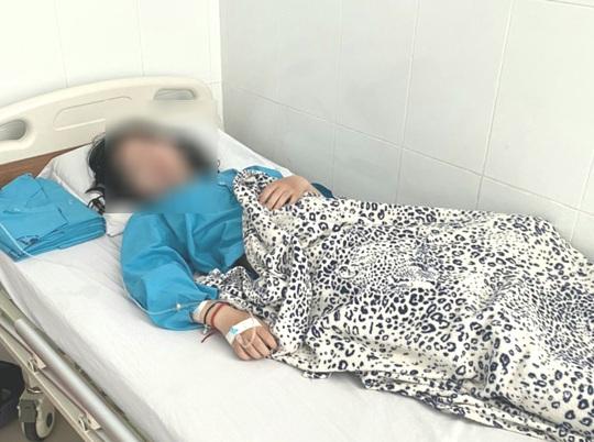 Vụ nữ sinh lớp 10 uống thuốc tự tử ở An Giang: Đình chỉ công tác hiệu trưởng - Ảnh 2.