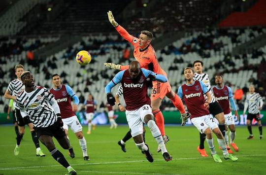 Ngược dòng ngoạn mục, Man United thắng tranh cãi chủ nhà West Ham - Ảnh 1.