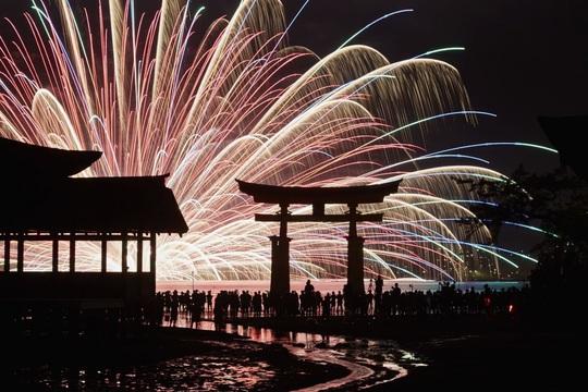 Nhật: Đảo Miyajima đánh thuế du khách để giảm nguy hiểm - Ảnh 1.