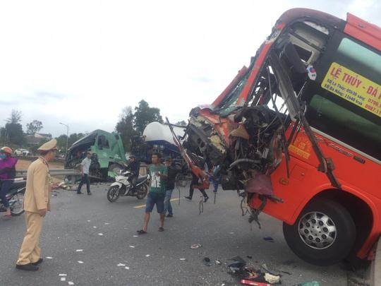 Tai nạn liên hoàn giữa 3 ôtô, nhiều người bị thương nặng - Ảnh 3.