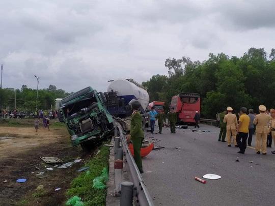 Tai nạn liên hoàn giữa 3 ôtô, nhiều người bị thương nặng - Ảnh 1.