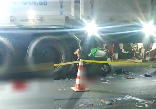 Nghi vấn 2 thanh niên say rượu tông xe máy vào ôtô tải chết thảm trong đêm - Ảnh 1.