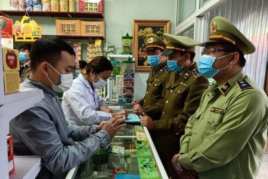 Chặt chém giá khẩu trang trong dịch nCoV, 4 nhà thuốc bị rút giấy phép kinh doanh - Ảnh 1.