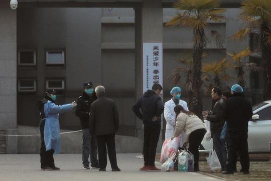 2 ca nhiễm virus corona cùng khu nhà, Hồng Kông sơ tán chung cư trong đêm - Ảnh 3.