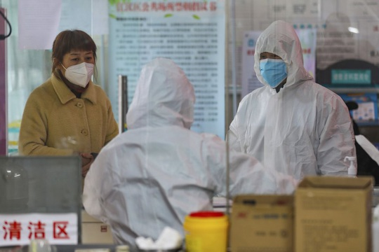 2 ca nhiễm virus corona cùng khu nhà, Hồng Kông sơ tán chung cư trong đêm - Ảnh 4.