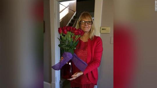 Chồng quá cố bí mật tặng hoa cho vợ hằng năm - Ảnh 2.