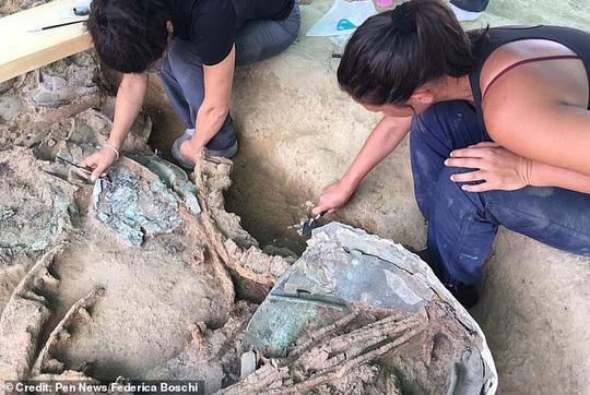 Xây nhà, đào được… hoàng tử ma 2.700 tuổi trên xe ngựa đầy châu báu - Ảnh 2.