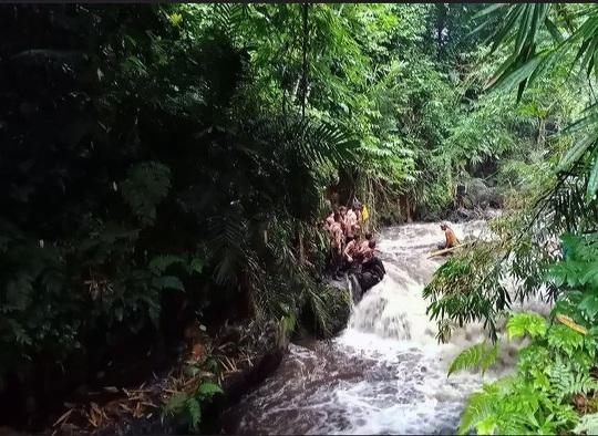 Đi cắm trại ven sông, hơn 250 học sinh bị lũ quét cuốn trôi - Ảnh 1.