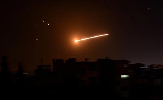 Bị Israel tấn công hàng loạt, thủ đô Syria rung chuyển - Ảnh 1.