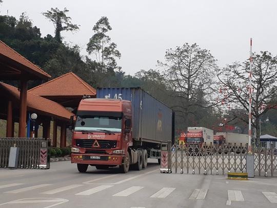 Nông sản vẫn ùn ứ hàng trăm xe ở cửa khẩu, phía Trung Quốc thiếu người bốc xếp hàng - Ảnh 1.
