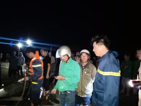 Chủ tịch Quảng Nam tức tốc đến hiện trường vụ lật thuyền khiến 6 người chết và mất tích - Ảnh 17.