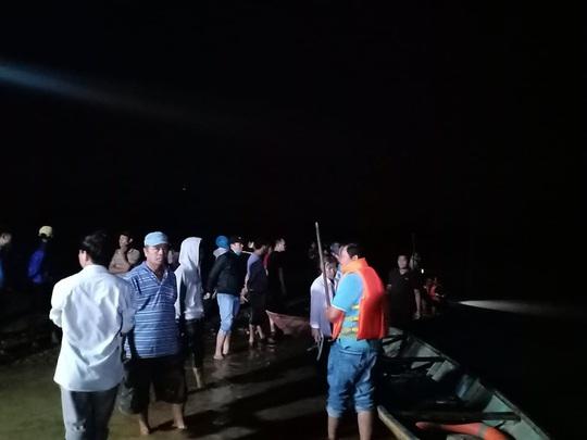 Chủ tịch Quảng Nam tức tốc đến hiện trường vụ lật thuyền khiến 6 người chết và mất tích - Ảnh 13.