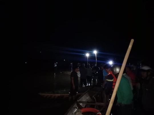 Chủ tịch Quảng Nam tức tốc đến hiện trường vụ lật thuyền khiến 6 người chết và mất tích - Ảnh 11.