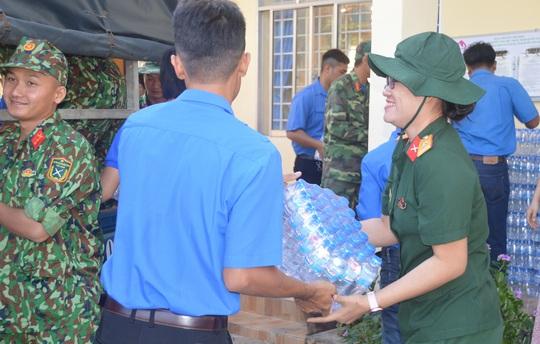 Bộ đội Sóc Trăng mang nước lọc đến cấp miễn phí cho dân vùng hạn mặn - Ảnh 1.