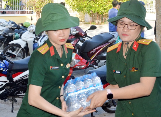 Bộ đội Sóc Trăng mang nước lọc đến cấp miễn phí cho dân vùng hạn mặn - Ảnh 2.