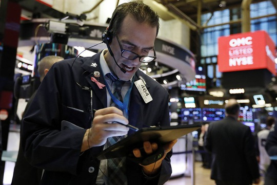"""Covid-19 """"nẫng"""" Dow Jones hơn 1.000 điểm, sản lượng kinh tế sụt giảm 1.000 tỉ USD - Ảnh 2."""