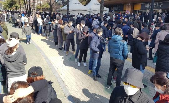 Covid-19: Hàn Quốc định cách ly tối đa, dân Daegu rồng rắn mua khẩu trang - Ảnh 1.