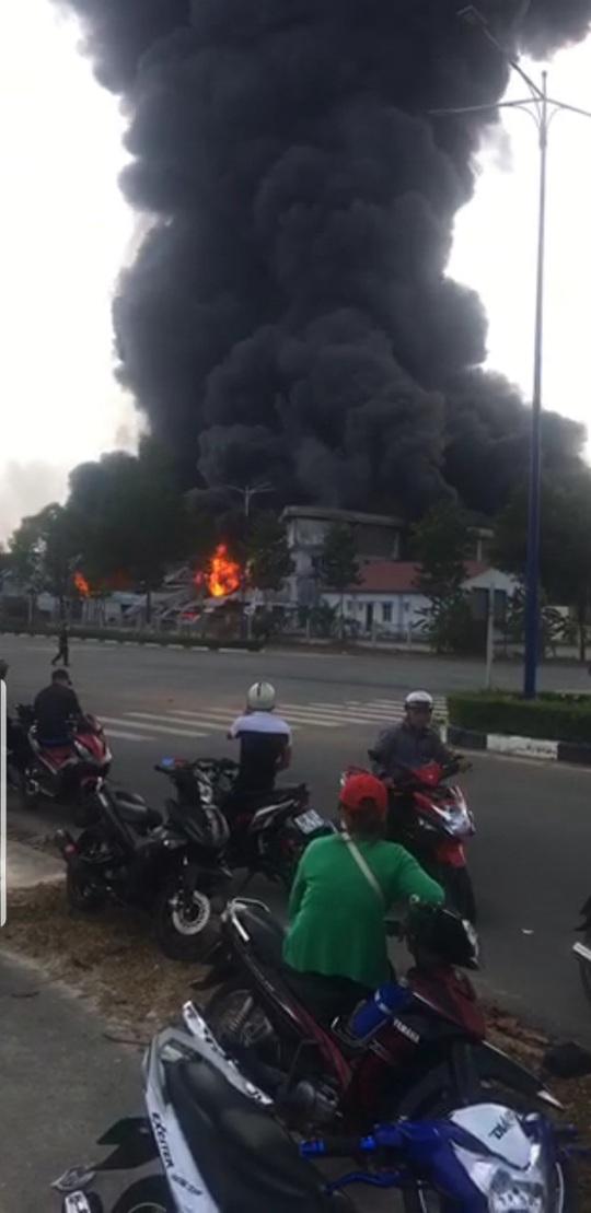Cháy dữ dội ở thị xã Bến Cát - Bình Dương, khói mù trời - Ảnh 3.