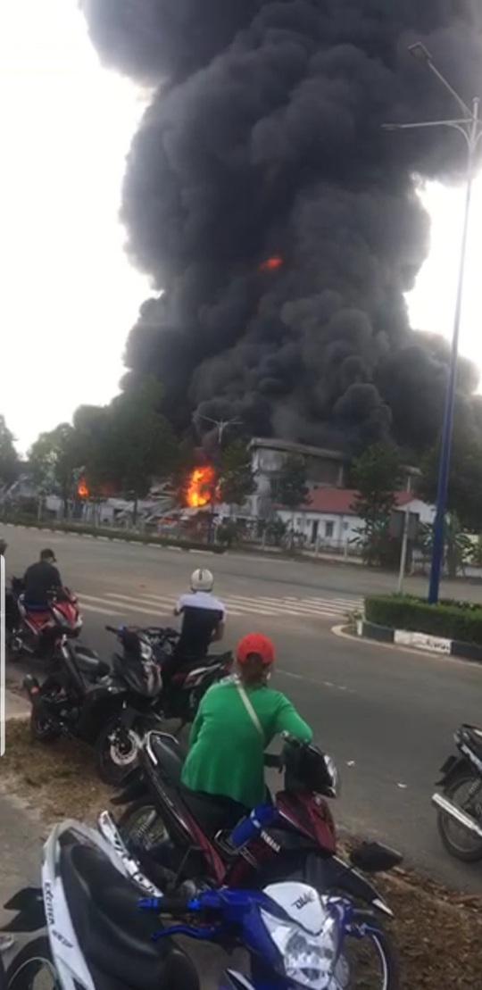 Cháy dữ dội ở thị xã Bến Cát - Bình Dương, khói mù trời - Ảnh 4.