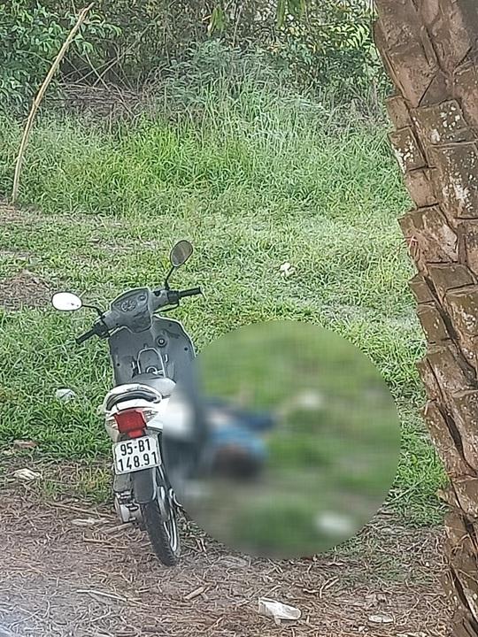 Thanh niên chết bên cạnh xe máy, nghi bị sát hại - Ảnh 1.