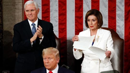 Ông Trump thoát luận tội, bà Pelosi buông lời cay đắng - Ảnh 1.