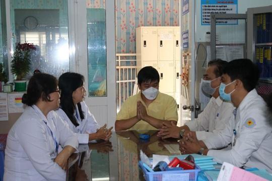 Chàng trai Trung Quốc hết nhiễm virus corona đón mẹ về - Ảnh 1.