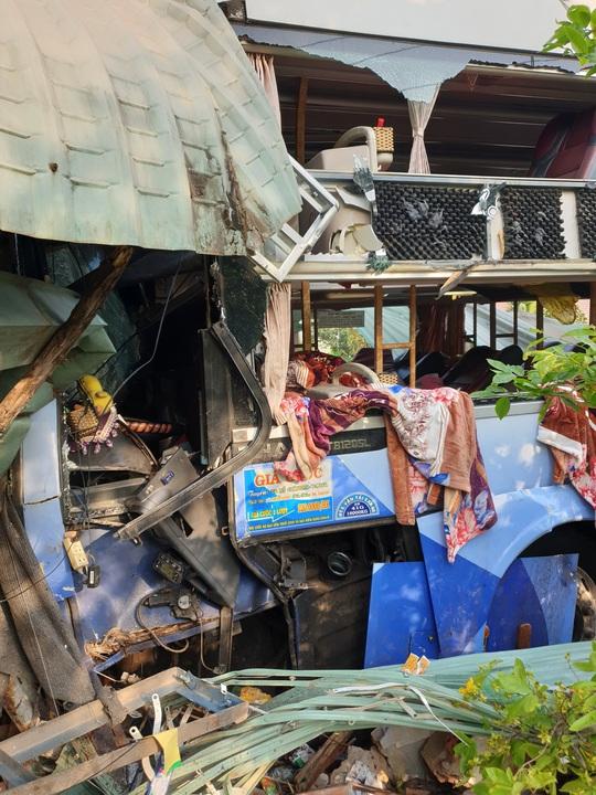 Tai nạn thảm khốc giữa xe tải và xe khách ở Bình Dương - Ảnh 4.