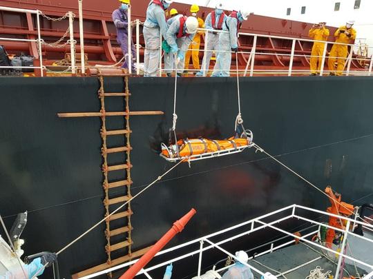 Cận cảnh treo dây cáp trên biển, cứu nạn thuyền viên Philippines - Ảnh 5.