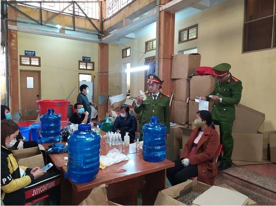 Phát hiện cơ sở sản xuất hàng ngàn chai nước rửa tay chống virus corona giả - Ảnh 1.