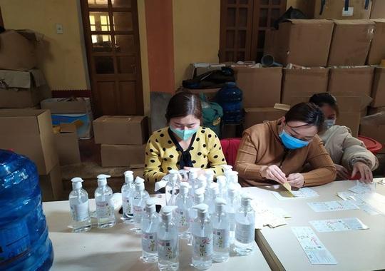 Phát hiện cơ sở sản xuất hàng ngàn chai nước rửa tay chống virus corona giả - Ảnh 2.