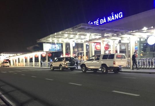 4 khách nước ngoài thuộc diện cách ly vẫn được xe biển xanh chở ra sân bay Đà Nẵng - Ảnh 1.