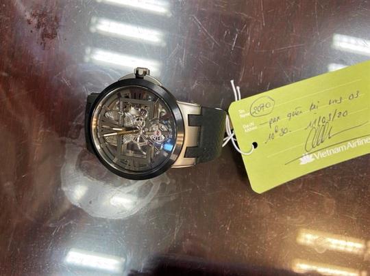 Trao  trả lại đồng hồ trị giá 40.000 USD để quên tại sân bay Đà Nẵng cho hành khách  - Ảnh 1.