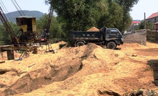 Dẹp 3 bãi tập kết cát lậu gây nhức nhối trên dòng sông Gianh - Ảnh 1.