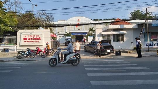 Covid-19: Hơn 50 cán bộ ở Phú Quốc đi khám sức khỏe sau ca nhiễm thứ 54 - Ảnh 2.